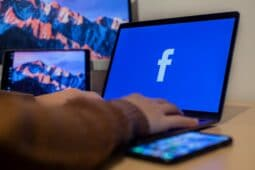 Facebook広告の業界別クリック率平均値。クリック率の上げ方や分析方法を解説